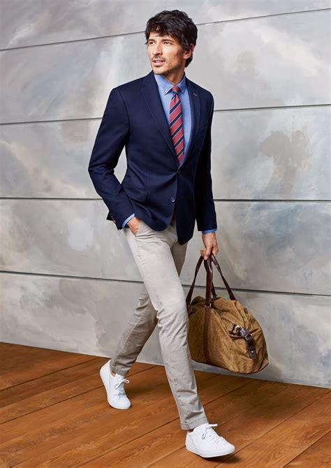casual anzug herren casual dunkelblaues sakko und beigefarbene chinohose