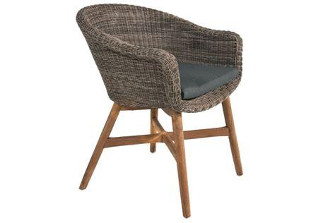 chaises tressées chaise en résine tressée ronde avec un coussin et des