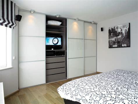 meuble tv pour chambre a coucher armoire sur mesure dans la chambre à coucher avec portes