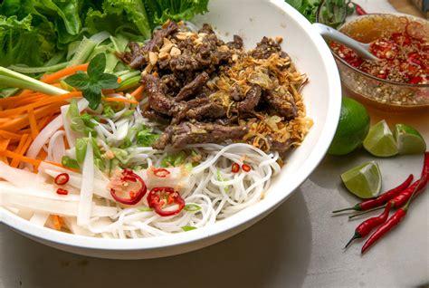 vietnamese noodle salad   bun bo xao