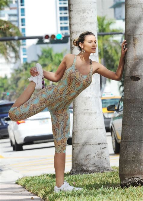Pose Nakal  Andressa Urach   Snake Outfit  Jogging in