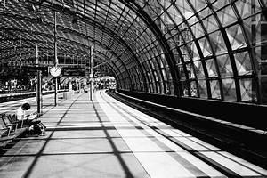 Berlin Schwarz Weiß Bilder : schwarz wei sicht im berliner hauptbahnhof ~ Bigdaddyawards.com Haus und Dekorationen