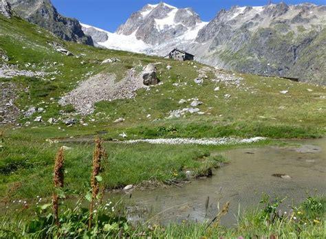 tour du mont blanc a pied alpes tour du mont blanc la partie sud de chamonix 224 courmayeur randonn 233 e en libert 233