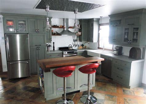 cuisine b cuisine en merisier teint et verni comptoir de béton et