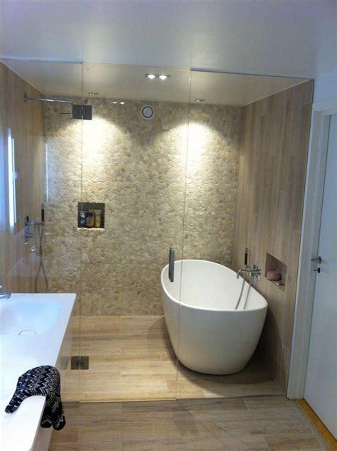 Flislagt bad med glassvegg  og dør inn til dusj og badekar
