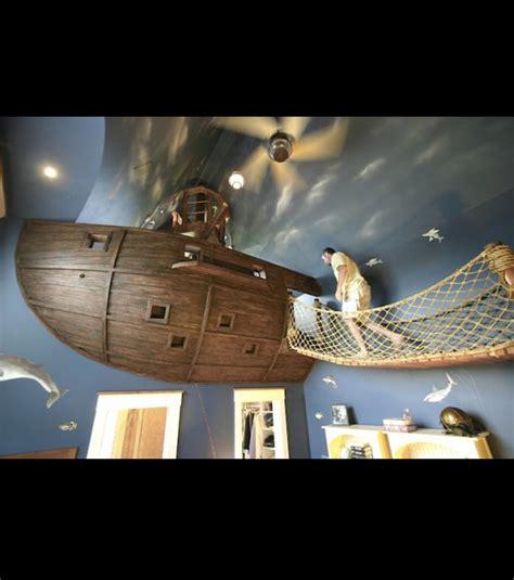 il transforme sa chambre en vaisseau pirate
