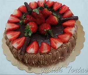 Torta de chocolate rellena de crema de chocolate y fresas ...