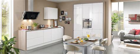 modele de hotte de cuisine cuisine blanche laquée avec hotte design éclairée photo 8