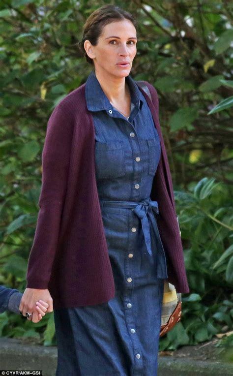Julia Roberts Slips Into Plain House Dress To Shoot Scenes