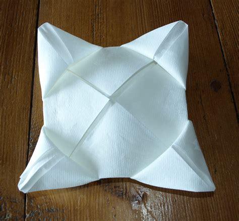du pliage de serviette pliage de serviette de table en forme de lotus r 233 aliser lotus avec une serviette en papier l
