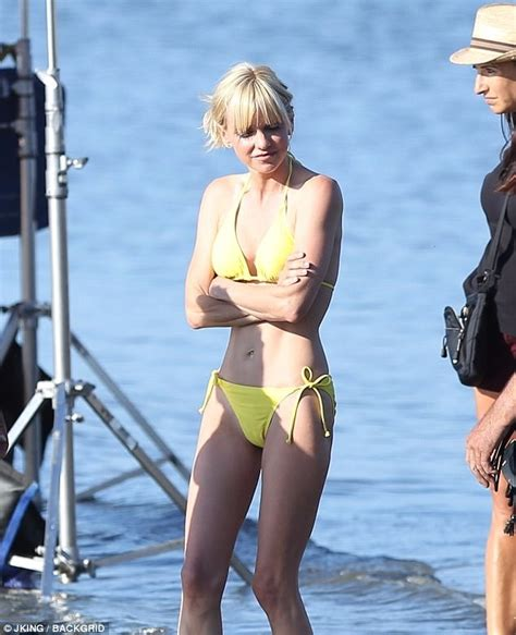 Anna Faris Dons A Yellow Bikini As She Films Overboard Daily Mail Online
