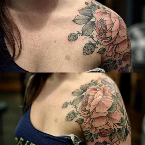 foto de Beautiful shoulder piece Flower tattoo shoulder