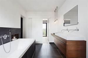 Badezimmer Fliesen Ideen Grau : badezimmer fliesen grau mit doppelwaschtisch holz ideen design haus weald house baufritz ~ Markanthonyermac.com Haus und Dekorationen