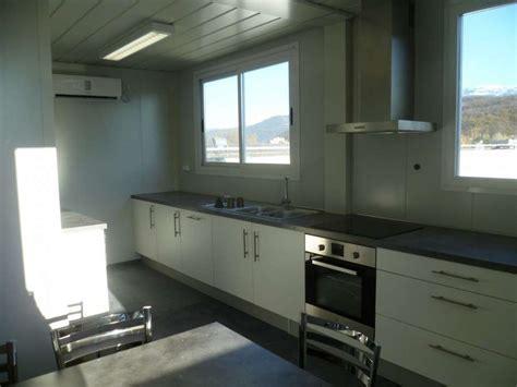 pose d une cuisine installation de 2 bungalows assemblés refectoire avec