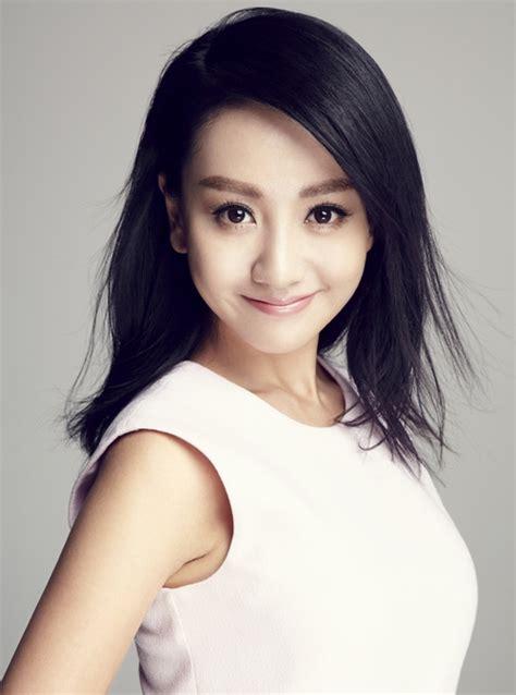 杨蓉白裙写真 温暖笑容清新来袭-名人图库-中国鞋网