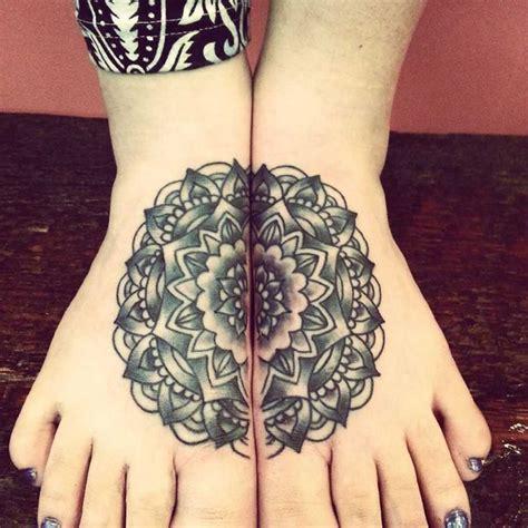 magnifique tattoo  pieds mandala cercle tatouage femme