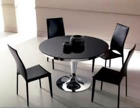 designer esstisch rund esstisch ausziehbar rund glas mit einem eleganten design darunter vier schwarze stühle für