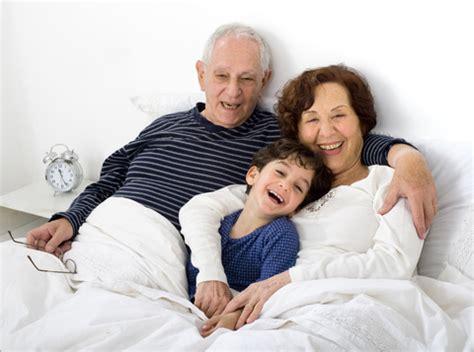 zia e nipote a letto nonni e bambini c 232 un nipote preferito