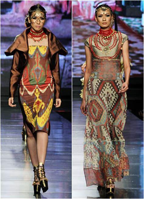 evolusi pakaian adat kalimantan tersisa  motif tenun