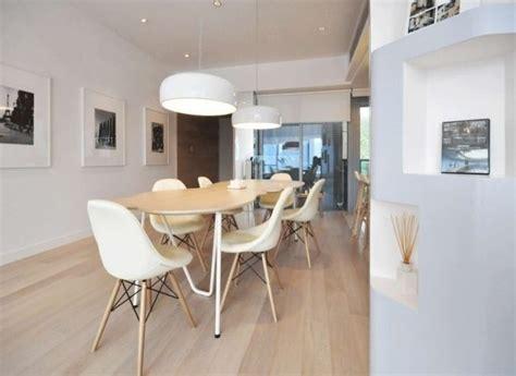 Modernes Esszimmer-im Nordischen Stil-weiße Stühle