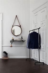 Regal An Der Wand : an der wand befestigte kleiderstange mit regalbrett aus ~ Michelbontemps.com Haus und Dekorationen