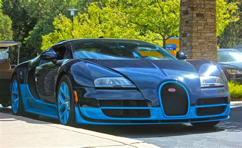 The first hyper sports car of the modern era, world record breaker and icon of automotive design. Driving the Bugatti Veyron Will Melt Your Brain - TeamSpeed