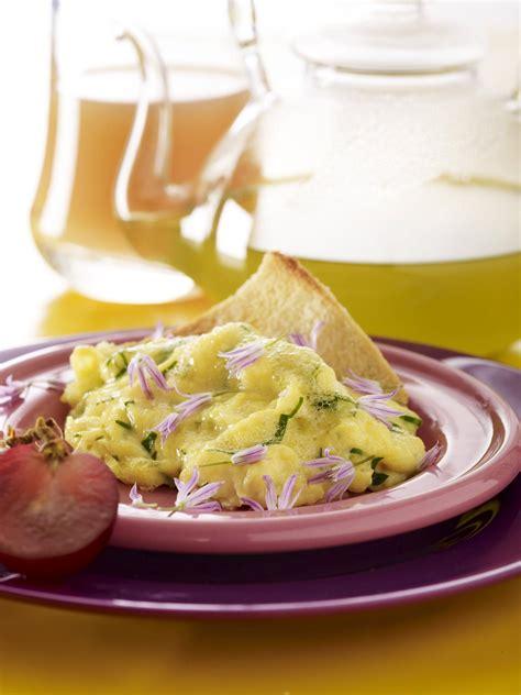 recette cuisine legere recette omelette légère aux fleurs de ciboulette cuisine madame figaro