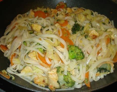 plat cuisiné regime nouilles au poulet et legumes divers et d 39 hiver