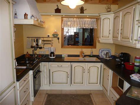 cuisine ch麩e transformer une cheminee rustique en contemporaine maison design bahbe com