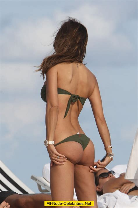 Claudia Galanti exposed her round ass on the beach