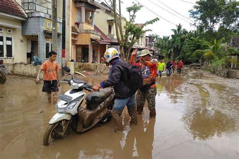 cerita korban banjir medan tak sangka bisa lintasi banjir setinggi dada padahal gendong  anak