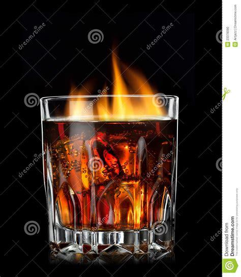 kolabaum mit kognak und feuer im glas stockfoto bild