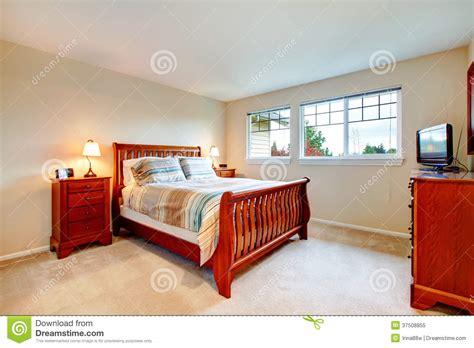 chambre chaude chambre à coucher chaude de couleurs avec les meubles en