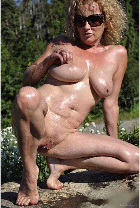 Cum slut mature bitch riding a massive dildo and getting nude outdoor