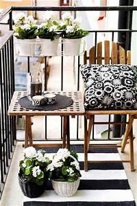 Table Chaise Balcon : balcon r tro chic blanc et noir avec chaise et table bois ~ Teatrodelosmanantiales.com Idées de Décoration