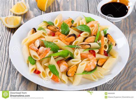 salade de p 226 tes de penne avec des crevettes des moules et des 233 pinards de b 233 b 233 image stock