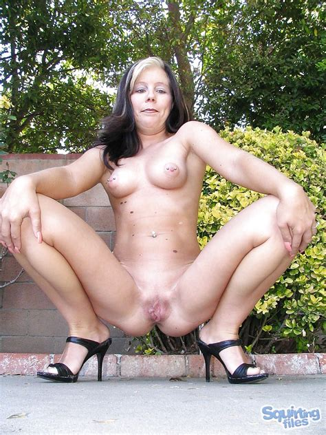 fuckable mature lassie with nice ass and tits posing nude outdoor