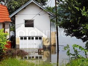 Haus Im Wasser : haus durch wasser im fluss im fr hjahr hochwasser umgeben in serbien stockfoto colourbox ~ Watch28wear.com Haus und Dekorationen