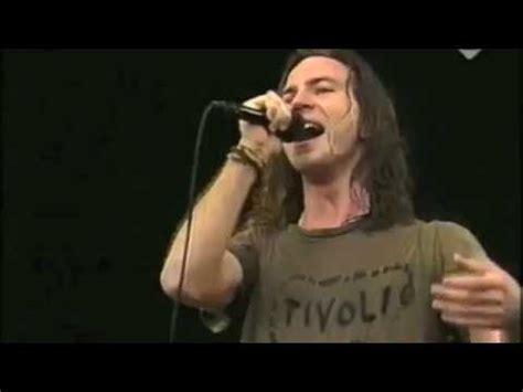 Eddie Vedder Stage Dive - stage dive in history by eddie vedder