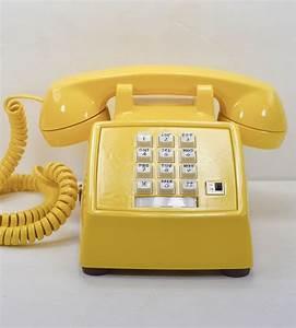 Telephone Mural Vintage : best 25 telephone ideas on pinterest vintage telephone retro and mustard yellow kitchens ~ Teatrodelosmanantiales.com Idées de Décoration