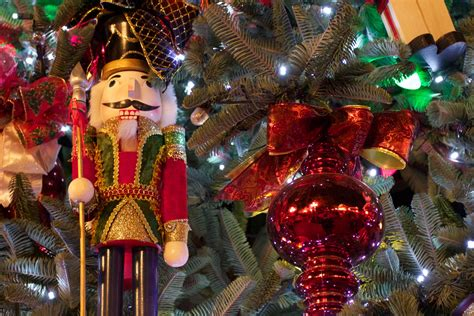 christmas tree with nutcracker desktop wallpaper