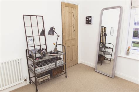 Small Space Dressing Table And Make-up Storage Solutions