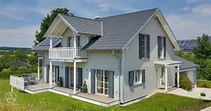 Häuser Im Landhausstil : typisch f r den landhausstil ist der herausstehende hausgiebel und die liebevoll inszenierten ~ Yasmunasinghe.com Haus und Dekorationen