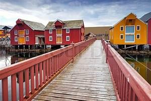 Häuser In Norwegen : holzbr cke und bunte h user in k sten norwegischen fischerdorf rorvik norwegen stockfoto ~ Buech-reservation.com Haus und Dekorationen
