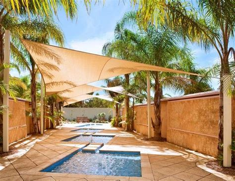 terrasse mit sonnensegel gestalten und  palmen bespannen