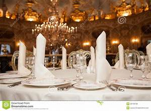 Table A Diner : restaurant dinner table place setting napkin wineglass plate royalty free stock photos ~ Teatrodelosmanantiales.com Idées de Décoration