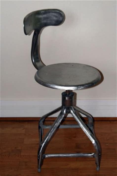 chaise de bureau industriel style industriel la chaise métal la cerise sur la décô
