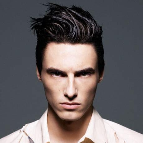 On a toujours la frange, typique de la coiffure asiatique. Coupe asiatique homme