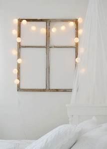 Decoration Lumineuse Murale : deco mur chambre avec cadre fenetre de r cup et guirlande boules blanches ~ Teatrodelosmanantiales.com Idées de Décoration