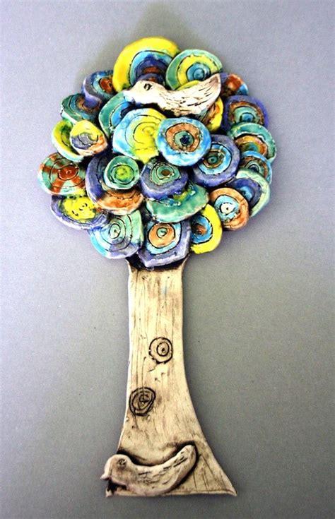 Strom s ptáčkem. Glazovaná keramika. Vytvořili školáci v ...